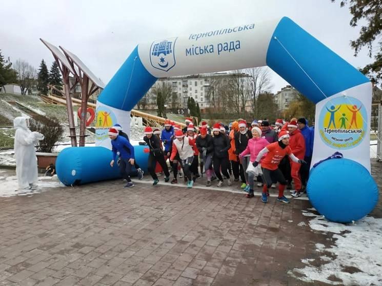 У Тернополі бігуни у костюмах Санта-Клаусів подолали п'ятикілометрову дистанцію (ФОТО)