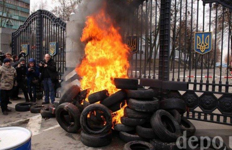 В Киеве подожгли покрышки перед Минобороны и перекрыли Воздухофлотский проспект