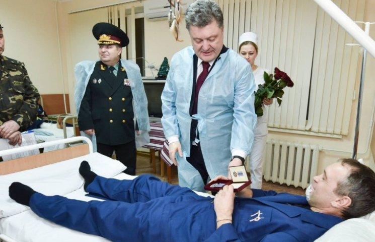 Президент наградил орденами и медалями раненых бойцов АТО