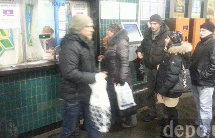 Киевляне выстроились в очереди за последними дешевыми жетонами на метро