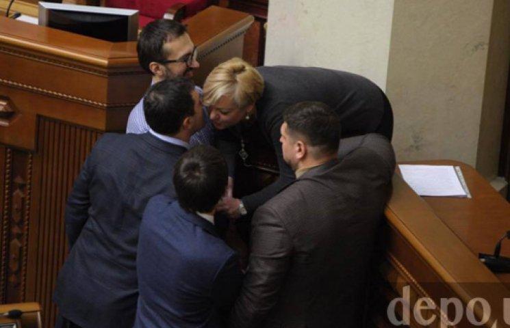 ФОТО ДНЯ: Депутаты БПП в Раде склонили и облобызали Гонтареву