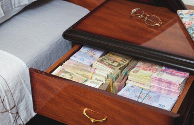 Украинцы все меньше сберегают в банках: за месяц депозиты сократились на 2%