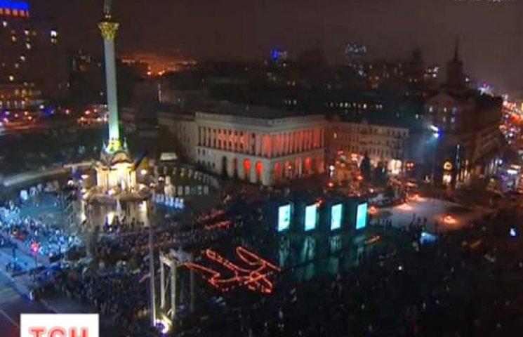 На Майдане, под церковный звон, зажгли герб Украины