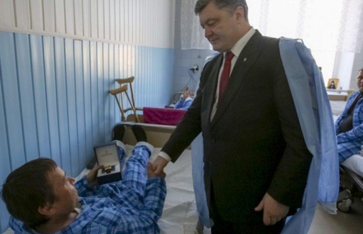 Порошенко відвідав поранених бійців АТО у запорізькому госпіталі