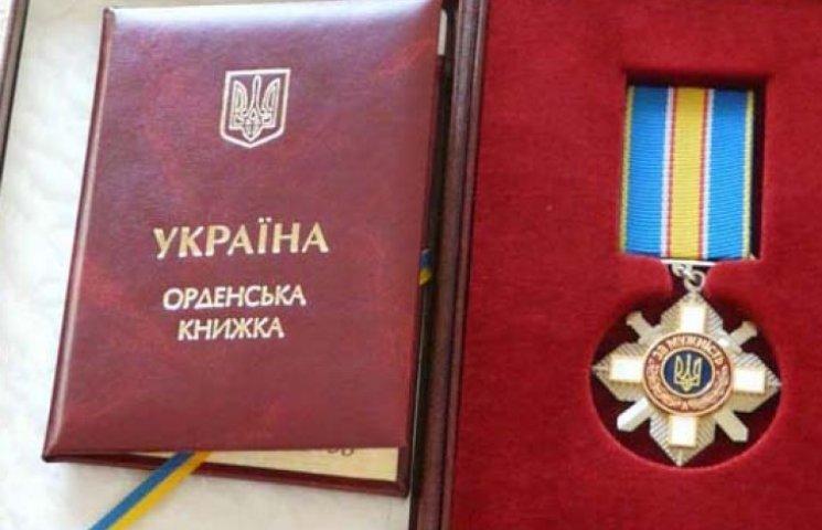 Порошенко наградил посмертно погибшего во время теракта в Харькове милиционера