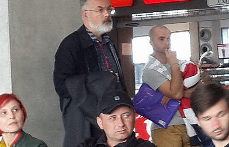 Табачник в аэропорту