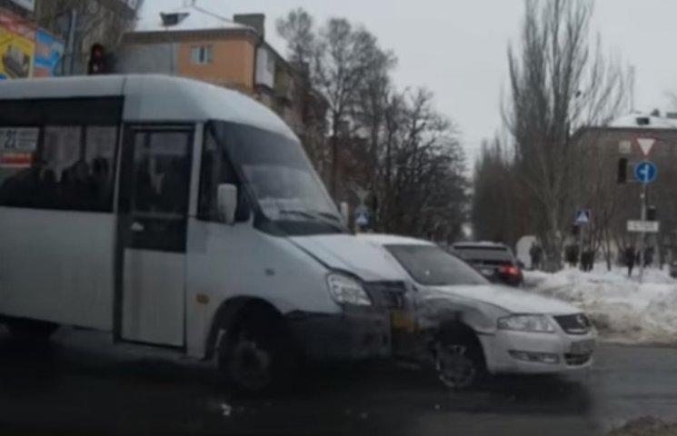 """У Миколаєві маршрутка протаранила """"Nissan"""""""