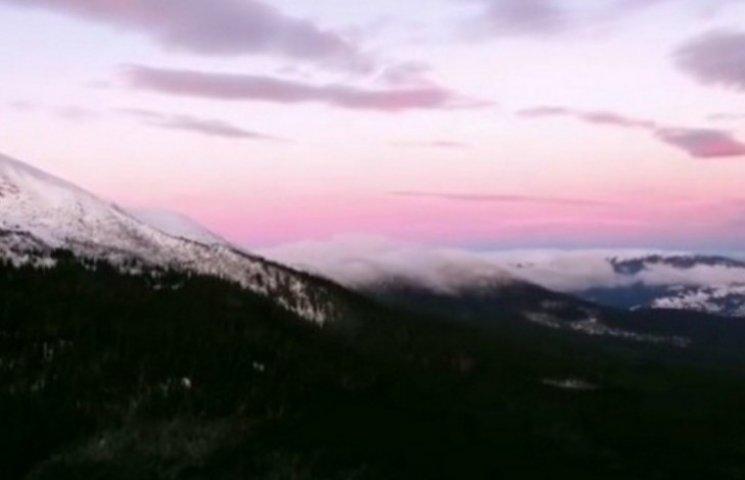 Вражаюче відео: Як барвисто сходить сонце у Карпатах