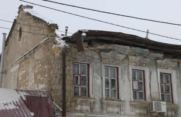 У Миколаєві завалений під вагою снігу дах вкриють гідробар