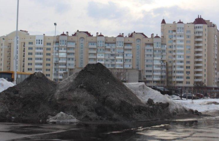 Миколаїв стрибає горами з льоду, поки міська влада чекає приходу весни