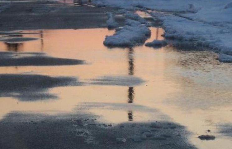 У Миколаєві комунальники посипають калюжі піском