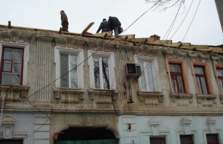 """У Миколаєві обвалений дах сторічного будинку відновлює улюблена фірма """"регіоналів"""""""