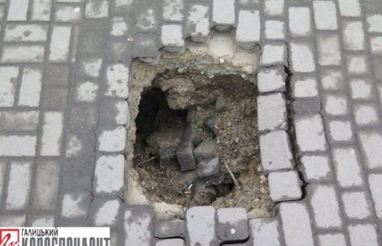 """Біля франківської ратуші утворилося провалля до """"міфічних"""" підземних ходів"""