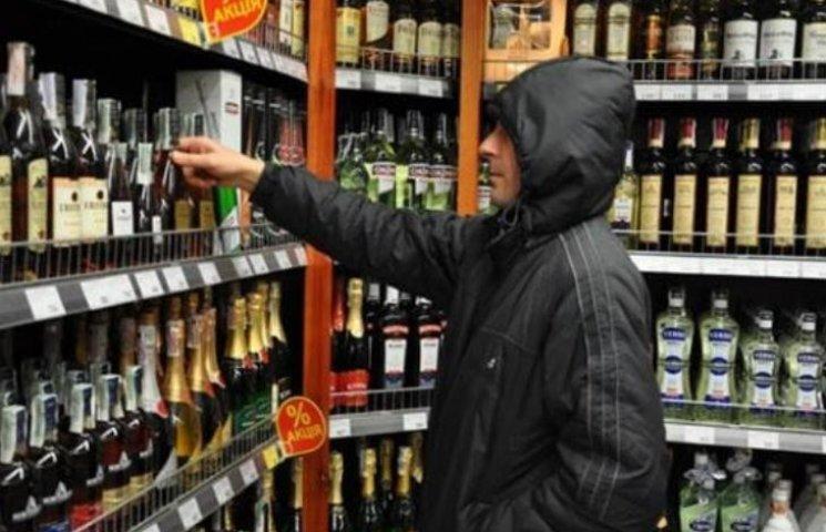 """У Миколаєві поціновувач """"Віскі"""" виніс з супермаркету алкоголю на 12 тис. гривень"""