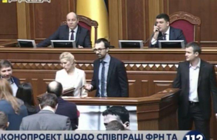 Парасюк и Лещенко в Раде заблокировали трибуну (ФОТО)