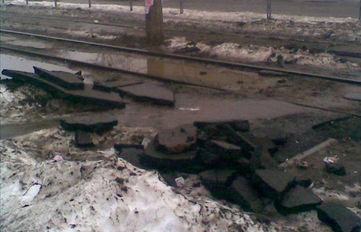 У Миколаєві новенький асфальт зійшов разом зі снігом