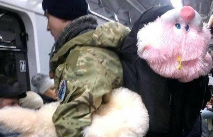 Зворушливе фото: З якими подарунками повертаються бійці з фронту