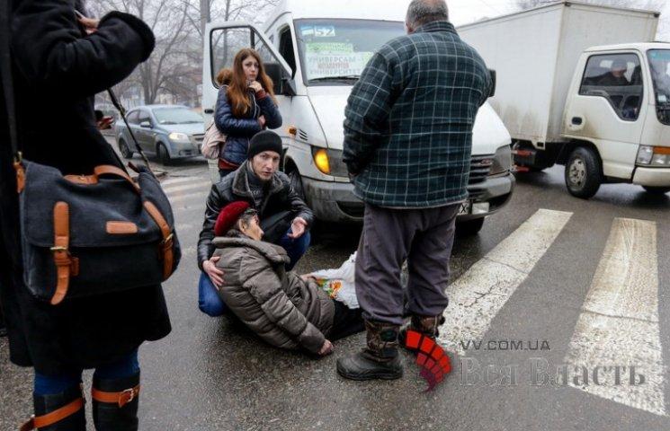 В Запоріжжі водій маршрутки збив жінку на пішохідному переході