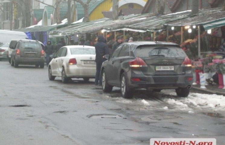 """У центрі Миколаєва дівчина на """"пекельній"""" іномарці врізалась у Volkswagen"""