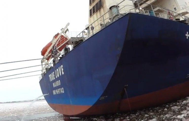 """Миколаївський морпорт покриває судно """"True Love"""", що нахабно зливає в Бузький лиман хімікати"""