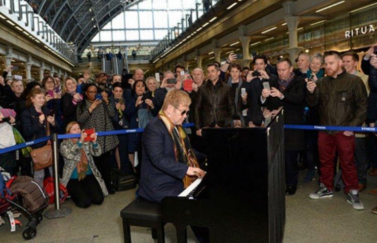 Элтон Джон внезапно дал концерт на вокзале (ВИДЕО, ФОТО)