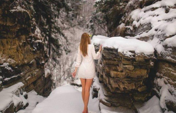"""Посеред зимових Карпат влаштували """"гарячу"""" фотосесію з дівчатами"""