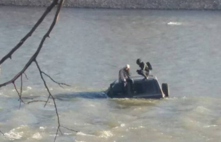 Чоловіків, які втопили джип в Ужі, перевірять на алкоголь