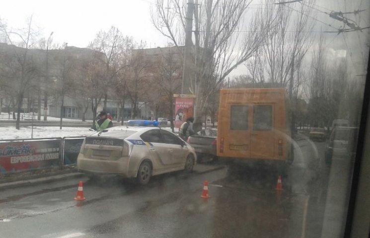 У Миколаєві маршрутка влетіла у легковик