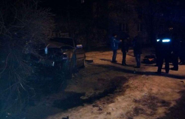 У Миколаєві BMW на швидкості 170 км/год влетів в дерево