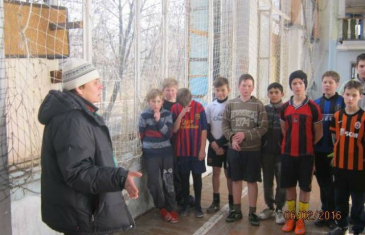 Волонтер показав, у яких умовах живуть та грають у фубол діти у воєнній Красногорівці