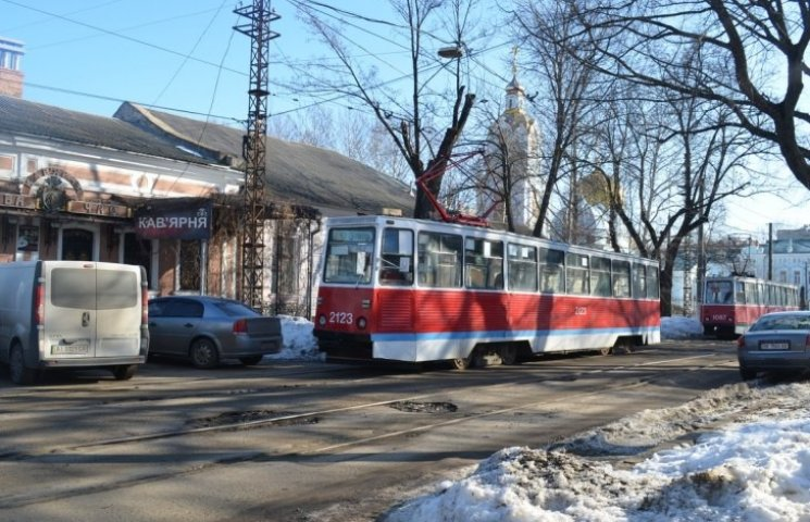 У центрі Миколаєва водій-невдаха перегородив рух трамваям