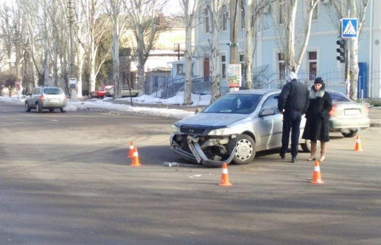 У Миколаєві через непрацюючий світлофор зіштовхнулась маршрутка та легковик