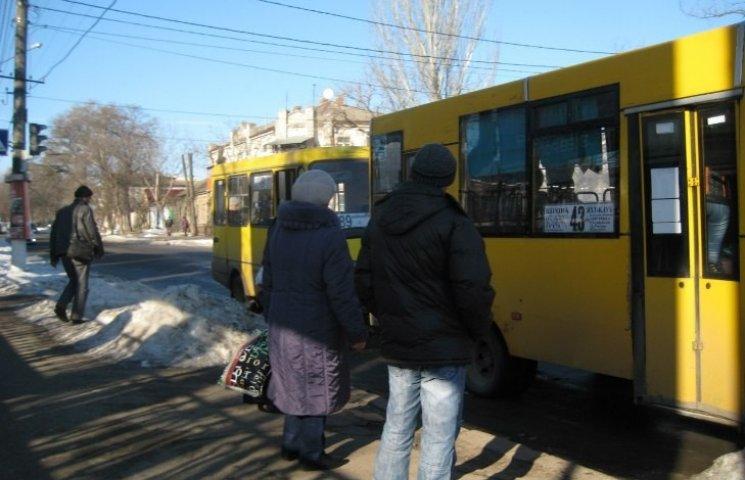"""У Миколаєві на """"примарній"""" зупинці вже три тижні ніяк не розчистять кучугури"""