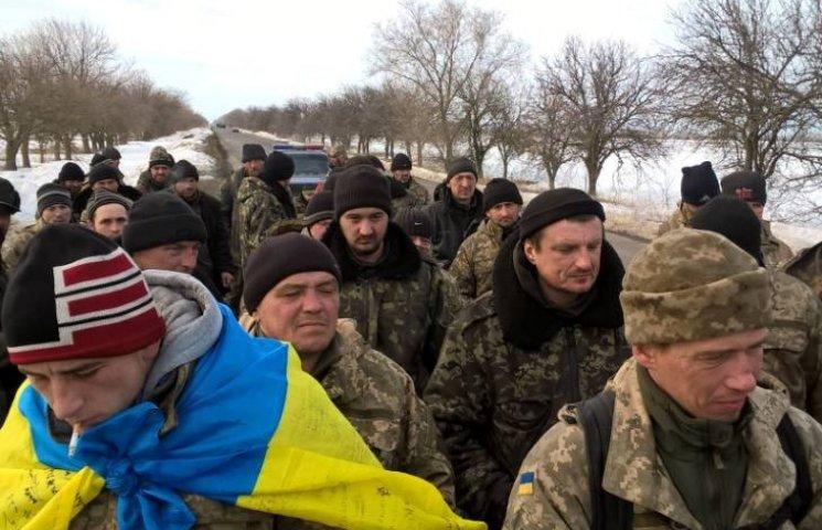 """АТОшники йдуть пішки з Широколанівського полігону на """"штурм"""" військової прокуратури"""