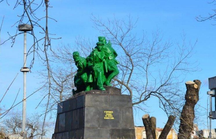 """Памятник """"зеленым человечкам"""" в Лисичанске подняли на смех"""