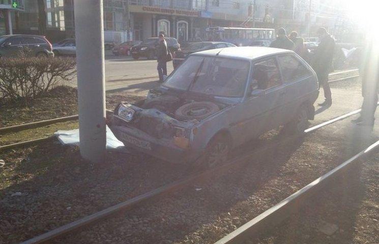 У Вінниці після зіткнення з трамваєм легковик відкинуло в стовп