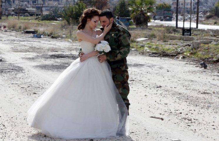 Як молодята робили фотосесію у знищеному авіаударами сирійському місті