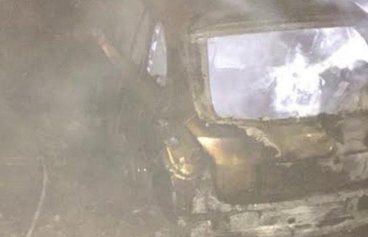 На Миколаївщині біля автозаправки згоріло одразу дві іномарки