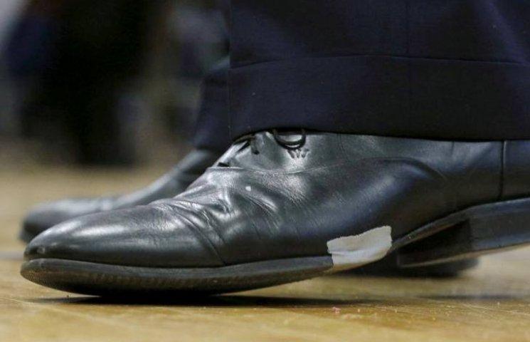 Буш порадував виборців підклеєними туфлями