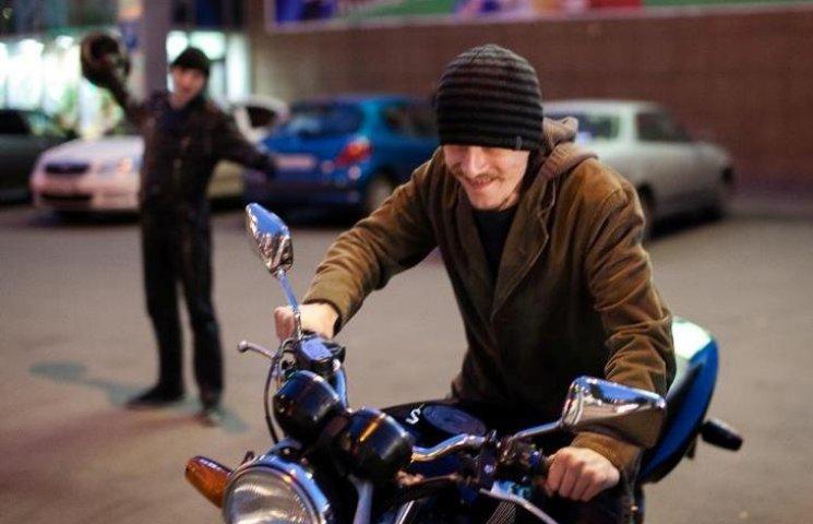 У Миколаєві серед білого дня у чоловіка вкрали мотоцикл
