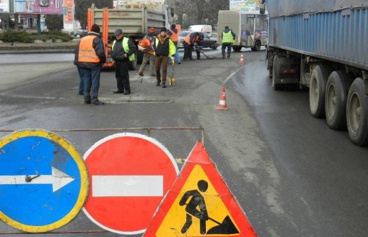 У Миколаєві почали ремонтувати дороги, які не встигли зробити у грудні минулого року