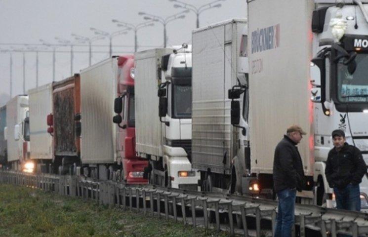 На Закарпатті зібралася величезна черга з російських вантажівок