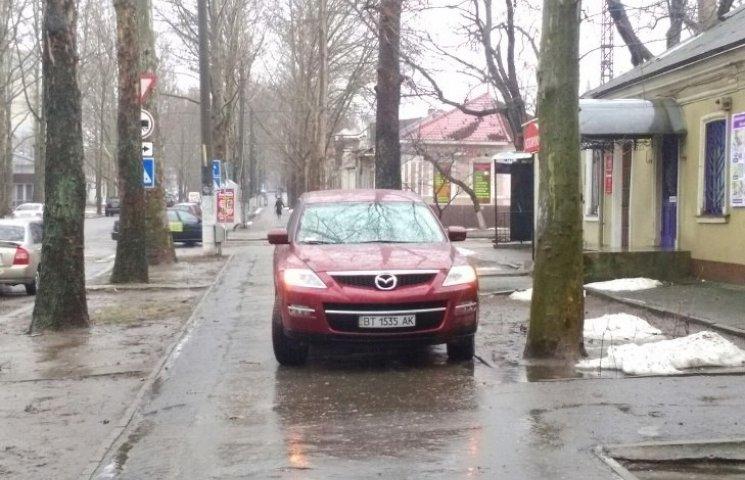 "У Миколаєві ""автобидло"" їздить по тротуарам"