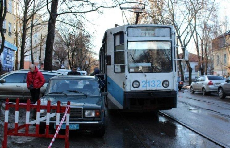 У Миколаєві поліцейська автівка заблокувала рух трамваїв