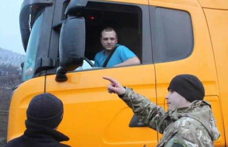На Закарпатті активісти оголосили про блокування російських вантажівок