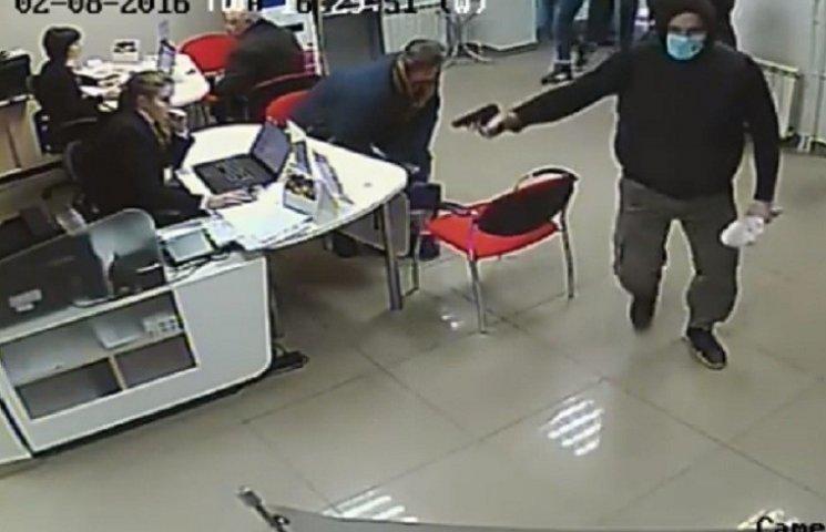 З'явилося відео збройного пограбування банку в Запоріжжі