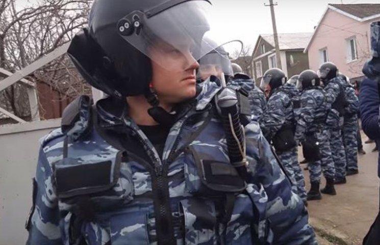 """""""Від безсилля хочеться вити"""": Як окупанти арештовують кримських татар"""