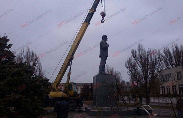"""На Запоріжжі Леніна """"декомунізували"""" по коліно"""