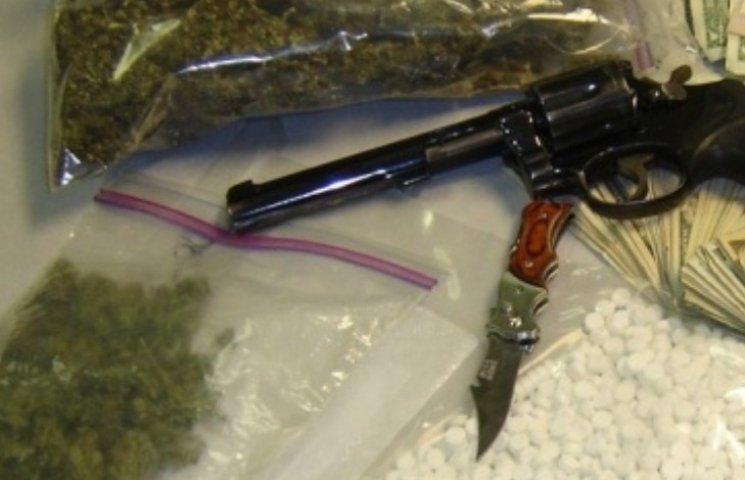 На Миколаївщині чоловік, якого підозрюють у вбивстві, зберігав вдома боєприпаси та наркотики