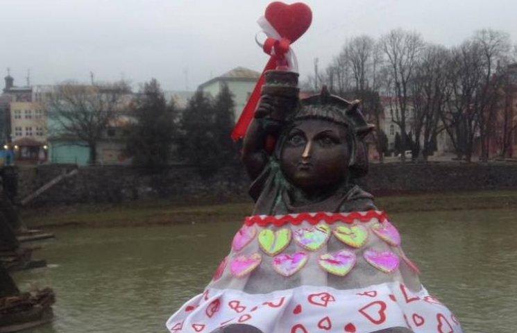 Ужгородську Свободку перевдягли та довір…